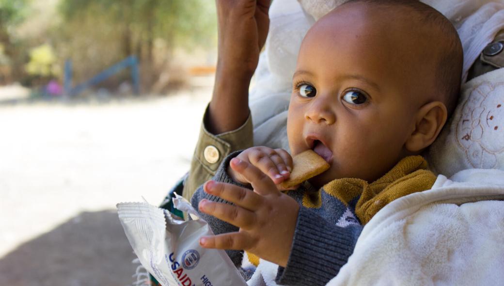 Natan, 7 månader, är på flykt undan våldsamheterna i Tigray. Han äter högenergikexföratt växa, utvecklas och undvika undernäring.