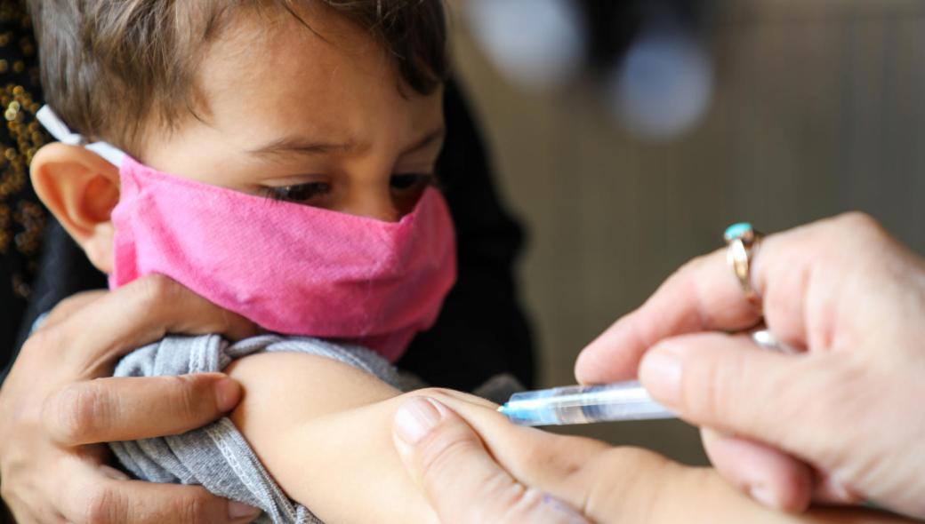 Lilla Musbashir får livsviktigt vaccin på ett sjukhus som stöttas av UNICEF i Afghanistan.