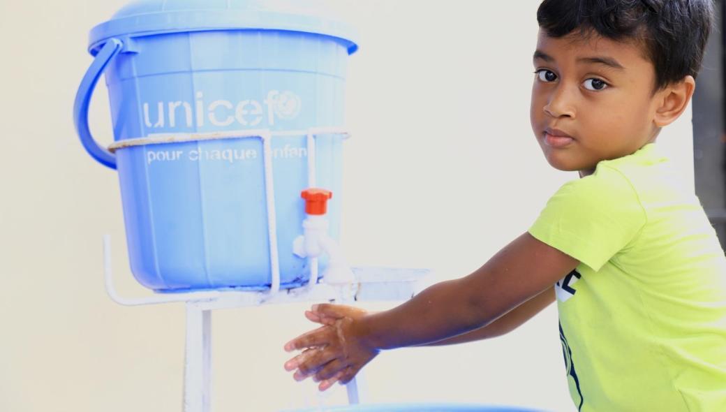 Mamiko, 5 år, tvättar sina händer med tvål och vatten. Att tvätta sig med med tvål är det mest effektiva sättet att förebygga sjukdomar.