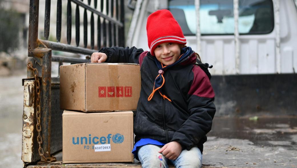 Ghina, 10 år, är glad över sina varma vinterkläder från UNICEF.