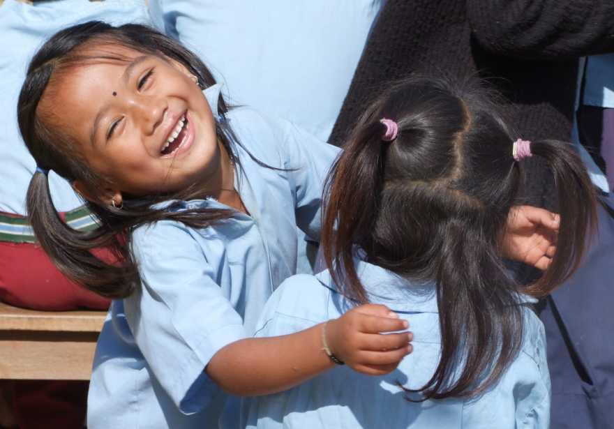 Flickor leker på en förskola i Nepal.