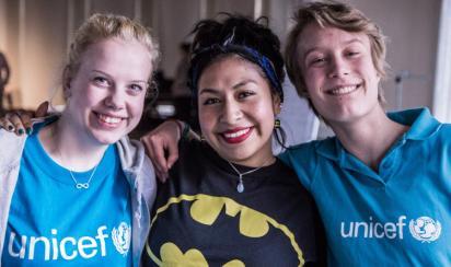 Tre glada frivilliga för UNICEF.