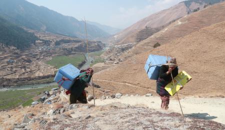 Vaccinleverans i otillgängligt bergsområde Nepal