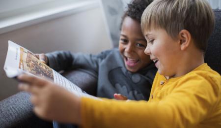 Barn läser tidning