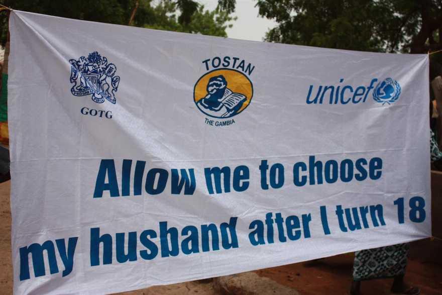 """En banderoll med budskapet: """"Låt mig välja min man när jag fyller 18""""."""