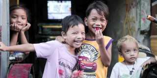 Skrattande barn i Filippinerna