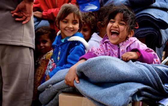 Glada barn med filtar.