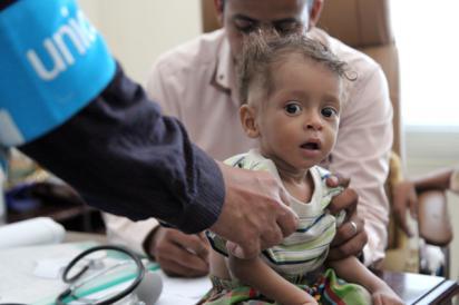 Barn får sjukvård i Jemen