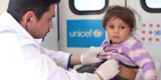 Tvååriga Vian undersöks av en läkare i en mobil hälsoklinik som stöds av UNICEF i Syrien.