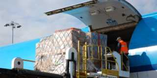 UNICEF-leverans av förnödenheter med flygplan.