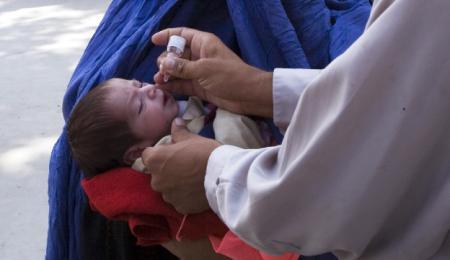 Bebis vaccineras mot polio, Afghanistan.