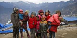 Grupp med barn som skrattar i Nepal.