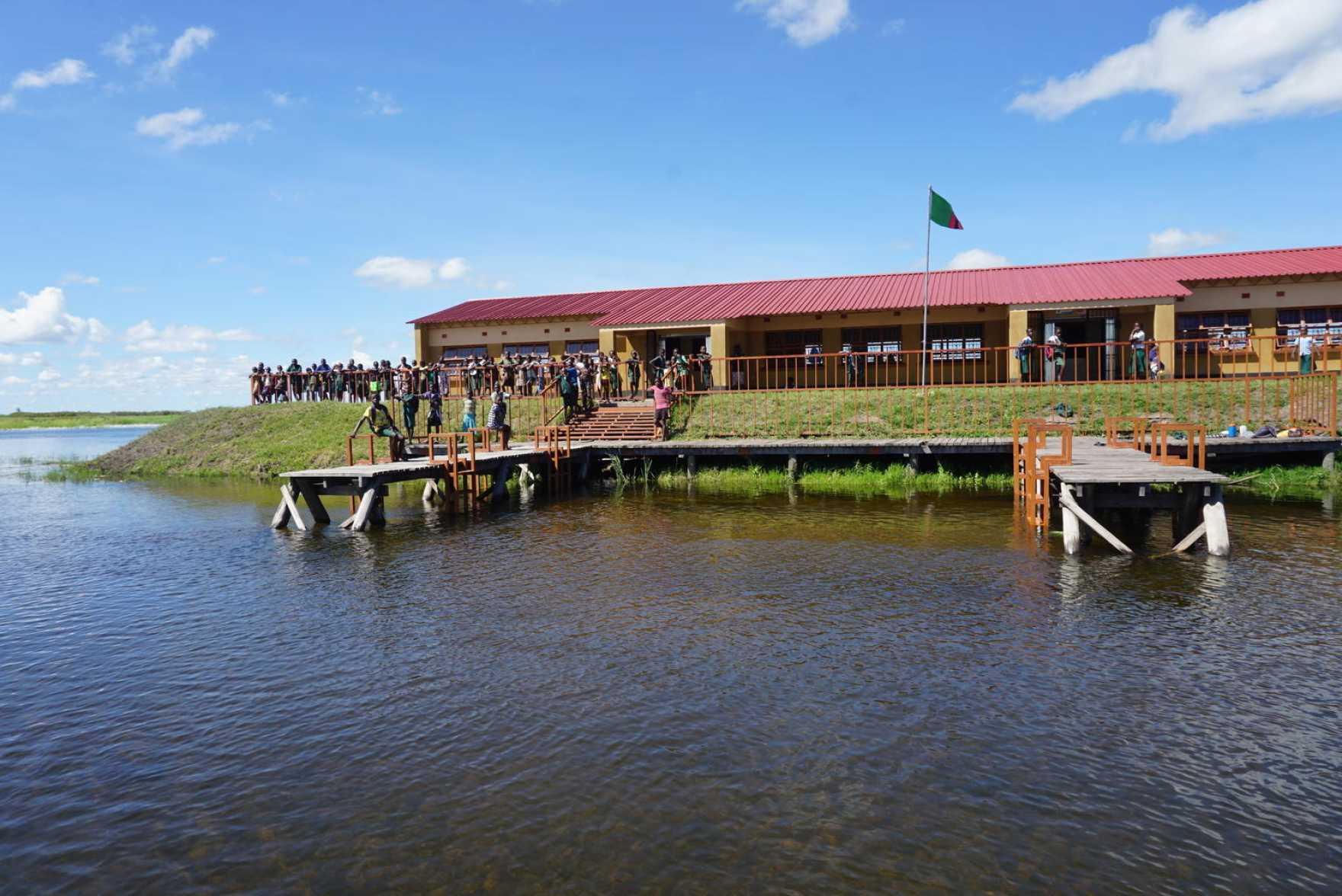 En skola vid vatten i Zambia.