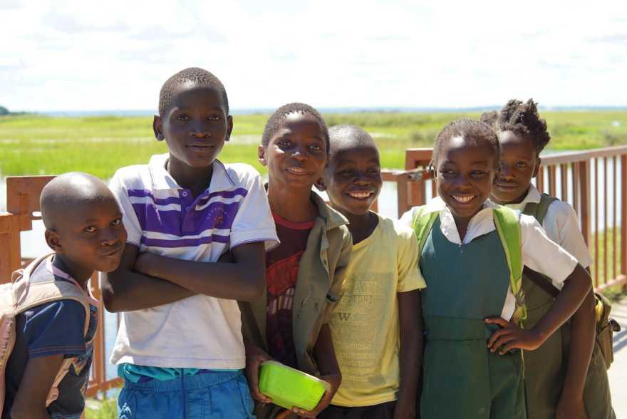 Glada skolbarn som ler.