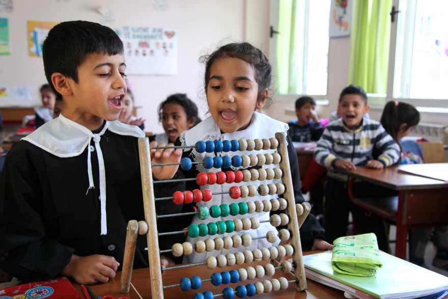 Barn vid kulram i klassrum, Albanien.