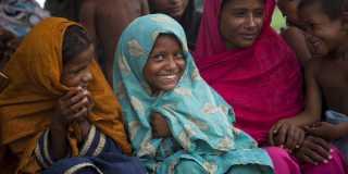 Glada flickor i färgglada sjalar.