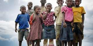 Grupp med glada barn i Tanzania.