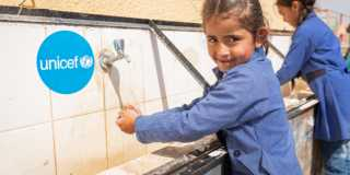 En flicka tvättar händerna