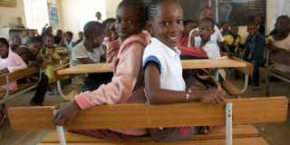 Operation Dagsverke 2020. Två flickor sitter i ett klassrum i Senegal.