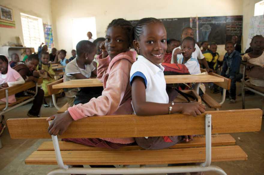 Två flickor sitter i ett klassrum i Senegal.