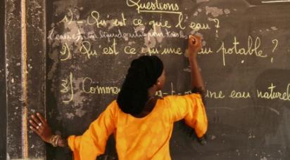 Flicka i skolan i Senegal